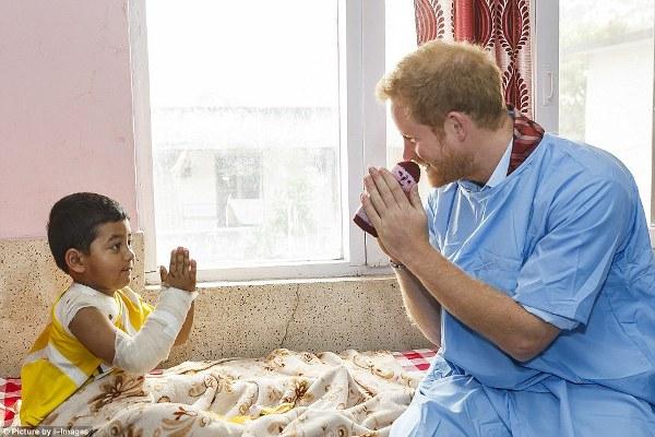 Prince Harry Jenguk Anak-anak Korban Gempa Nepal