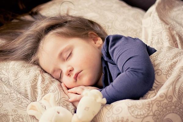 5 Tahapan Ampuh untuk Melatih Anak Tidur Sendiri