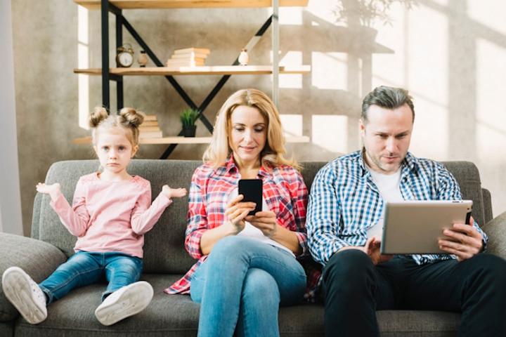 Kebiasaan Buruk Orang Tua yang bisa Menular pada Anak
