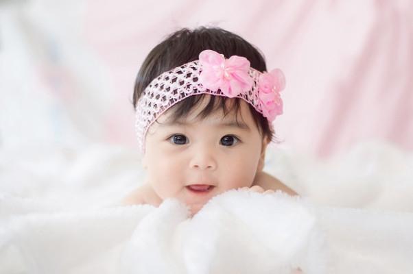 Ide Nama Bayi Perempuan yang Bermakna Pertama