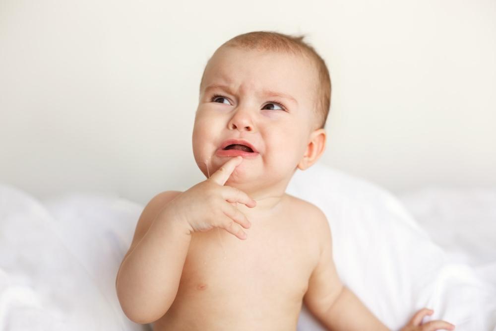 Bayi Muntah Tapi Tidak Demam? Tenang, Ini Penjelasannya, Moms