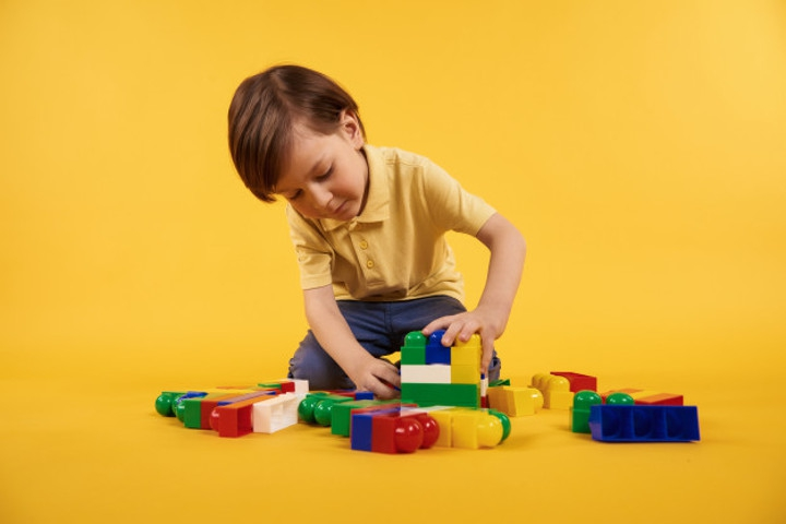 5 Tips agar Anak Mau Membereskan Mainannya Sendiri