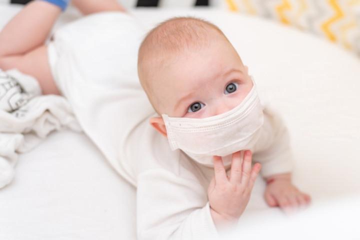 Hati-hati, Moms! Ini Bahaya Memakaikan Masker pada Bayi