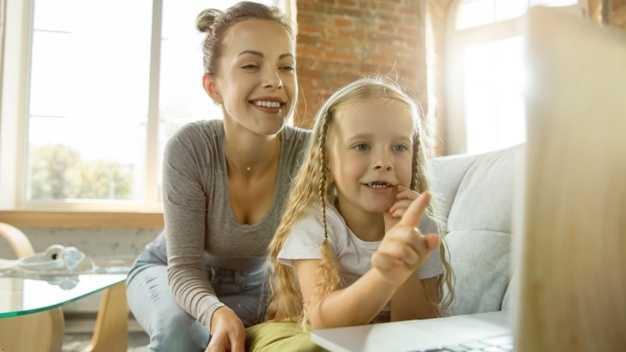 Cara Membicarakan Topik yang Sulit pada Anak Sesuai dengan Usianya